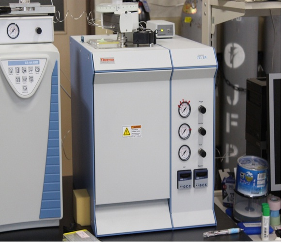 [032] 安定同位体比質量分析システム(熱分解型元素分析装置及び安定同位体比質量分析装置) 画像